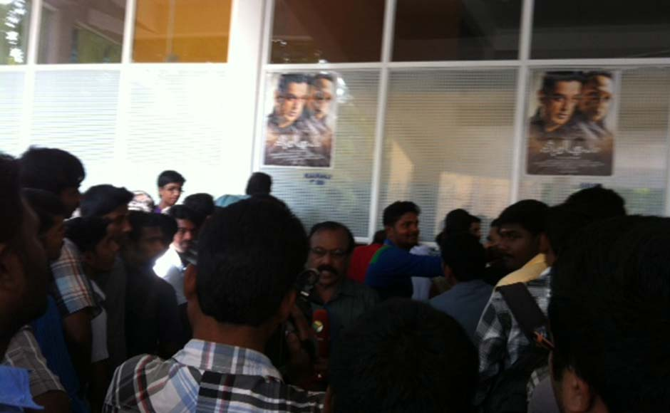 Fans line up outside Kairali / Sree Theatre complex in Thiruvananthapuram to watch Vishwaroopam. G Pramod Kumar/Firstpost