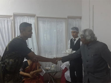 Kalam meets the guard who was part of his convoy. Image courtesy: Facebook/ Srijan Pal Singh