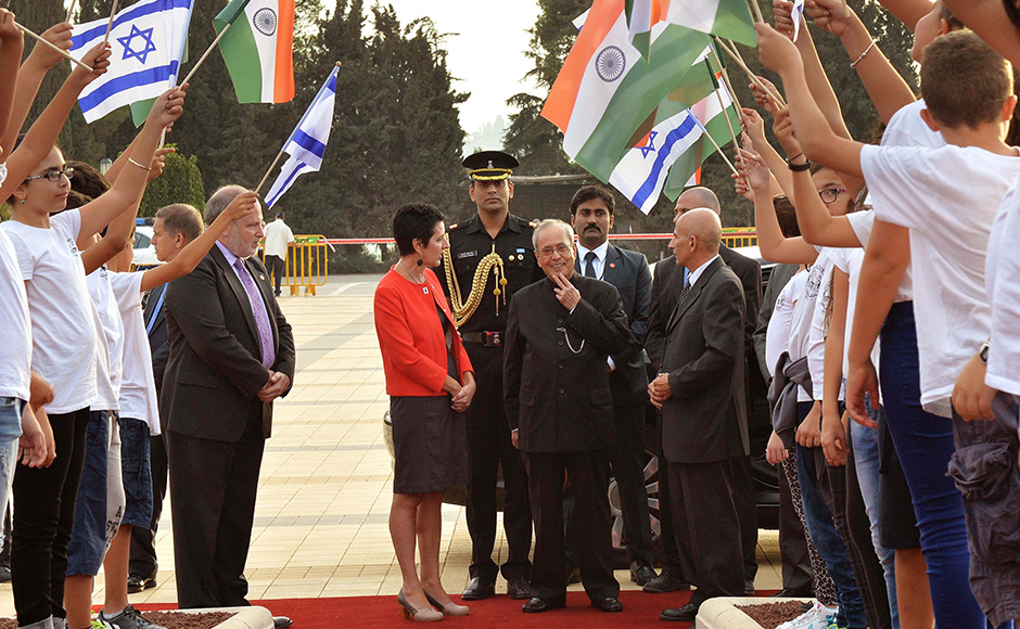 President Pranab Mukherjee gets a welcome during the wreath laying ceremony at the tomb of Theodor Herzl at Mount Herzl, Jerusalem. PIB