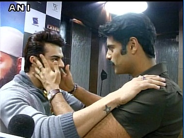Watch: Manish Paul, Sikander Kher raise eyebrows with an impromptu kiss