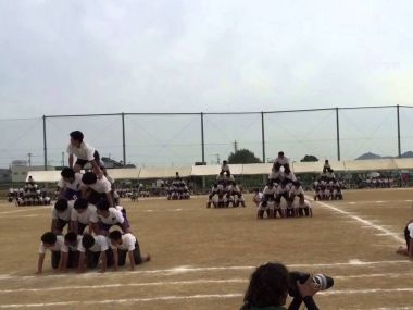 Photo of school kids forming a human pyramid in Japan. Image source: YouTube