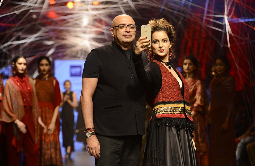 Tarun Tahiliani with Kangana Ranaut at the Lakme Fashion Week's Winter/Festive opening show. Photo by Sachin Gokhale/Firstpost