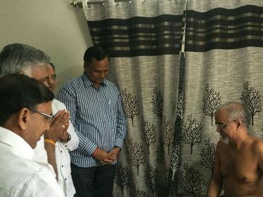 AAP leaders with Jain guru Tarun Sagarji Maharaj. CNN-News18