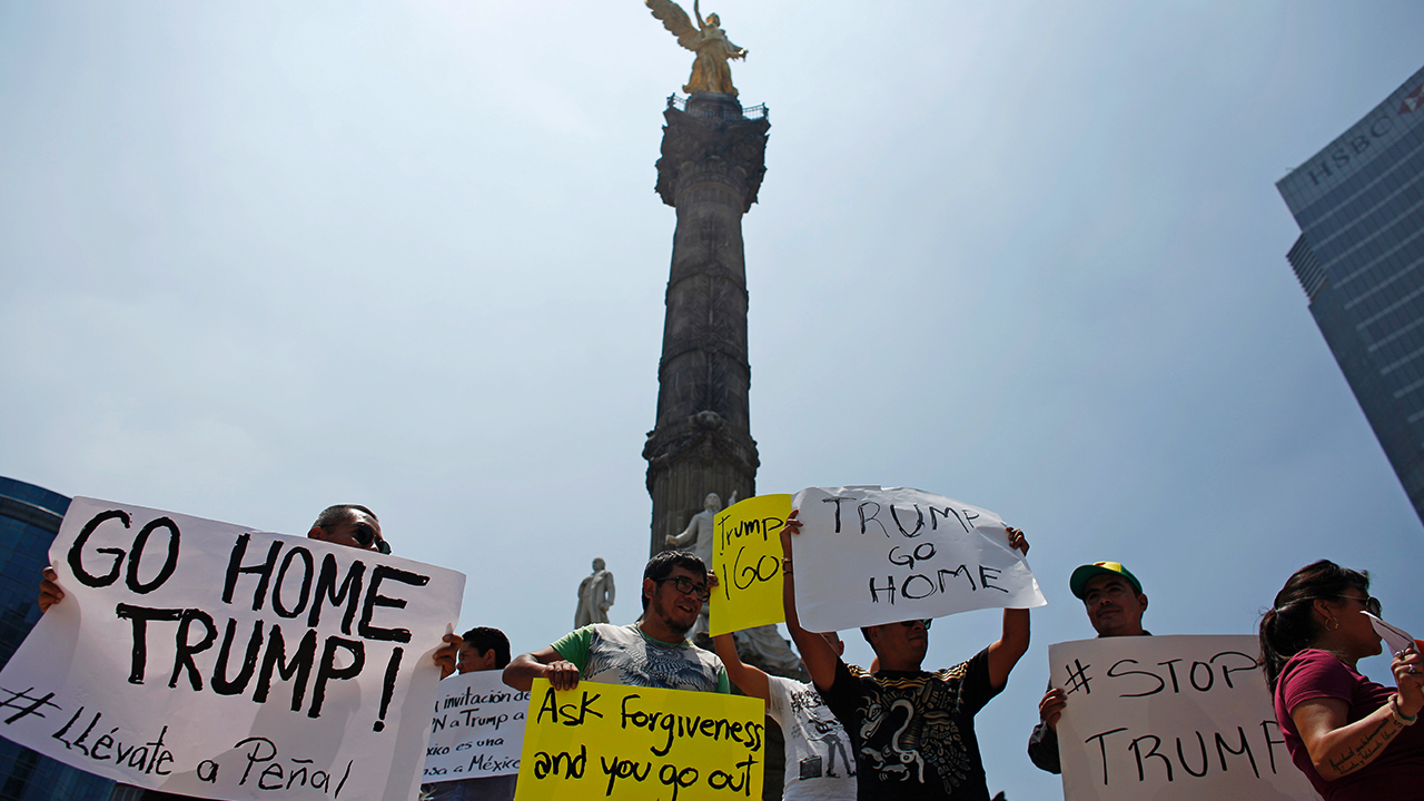 Donald Trump issued a stern anti-immigration warning after visiting Mexico, saying people who cross into the United States illegally would never obtain legal status. Mexican people were hurt by his comments. Several people protested against his visit at the Angel of Independence monument. Photo: Reuters