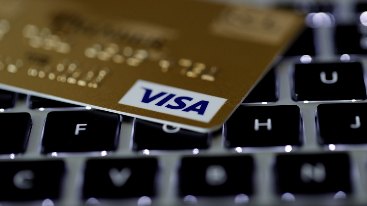 A Visa credit card is seen on a computer keyboard in this picture illustration taken September 6, 2017. REUTERS/Philippe Wojazer/Illustration - RC19AC66CFD0